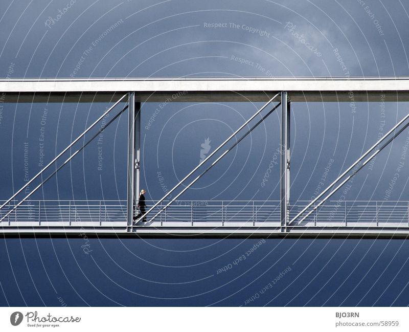 Luca Skywalker Wolken blond schlechtes Wetter grau schwarz weiß Stahl streben Luft Himmel Gedanke Brücke blau Geländer hoch sky Freiheit freedom air