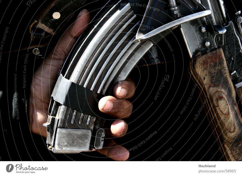 Terror Leben Sinnesorgane Hand Finger 1 Mensch kämpfen Sicherheit Wachsamkeit Gewalt Frieden Krieg Waffe Bildart & Bildgenre Bananenmagazin Gewehr Afrika