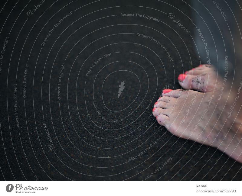 Barfuß feminin Frau Erwachsene Fuß Zehen Zehennagel 1 Mensch 45-60 Jahre 60 und älter Senior Strand Sandstrand Nagellack nackt rot schwarz Farbfoto
