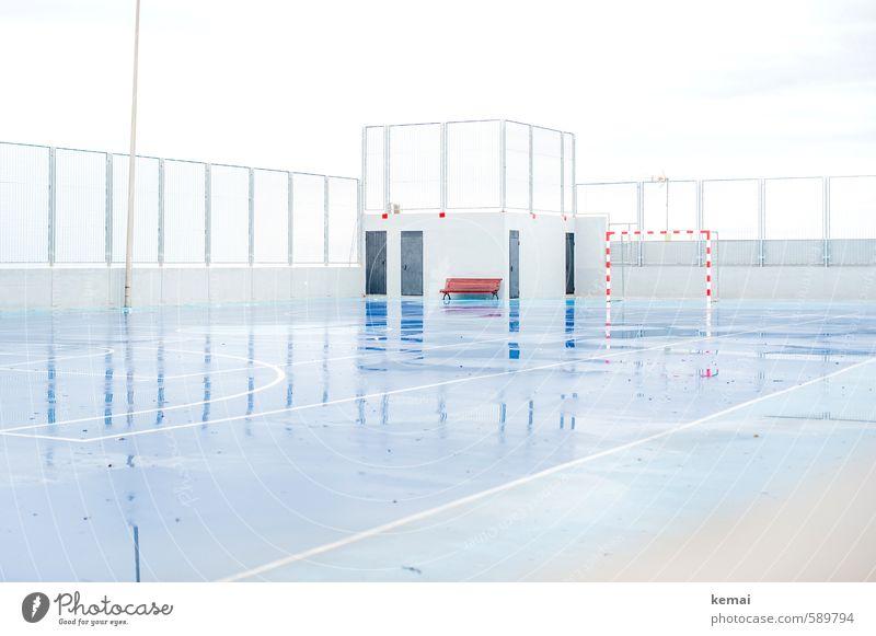 No sports today Freizeit & Hobby Sportplatz Sportstätten Tor Handballtor Gummiplatz schlechtes Wetter Regen glänzend nass blau weiß Zaun Linie Spielfeld