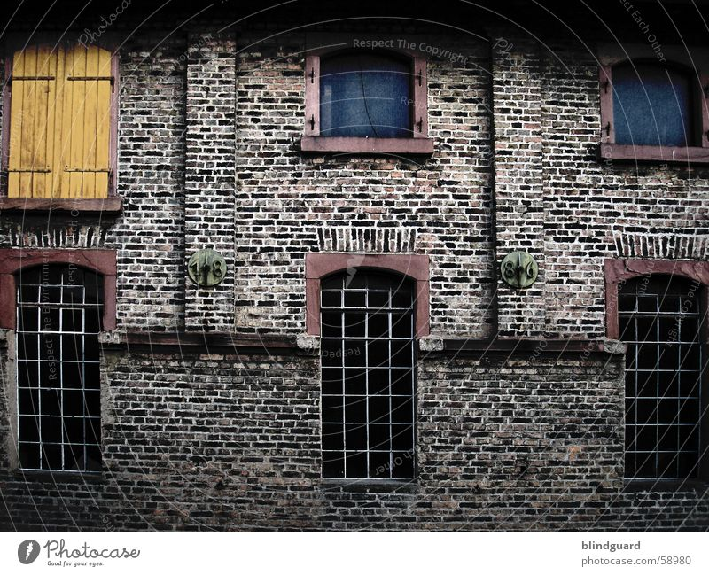 Windows alt Fenster Mauer Backstein Gitter Fensterladen