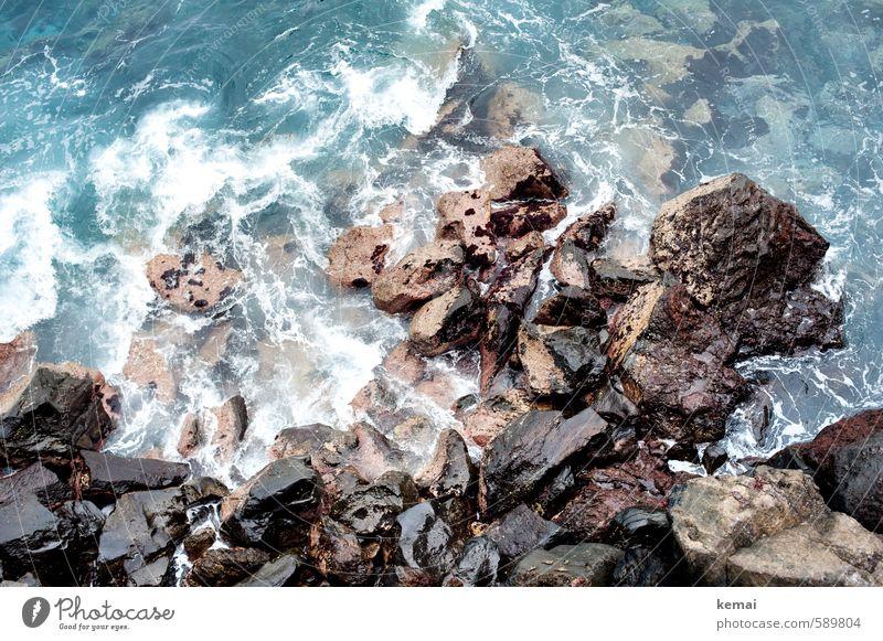 Umtost Umwelt Natur Urelemente Wasser Sonnenlicht Sommer Felsen Wellen Küste Meer frisch nass wild tosen steil hart Stein Farbfoto Gedeckte Farben Außenaufnahme