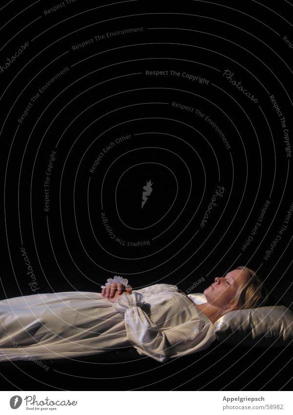 letzte Szene Frau Mensch weiß schwarz Einsamkeit Tod blond schlafen Theaterschauspiel Bekleidung Kissen Romeo und Julia Nachthemd Kopfkissen
