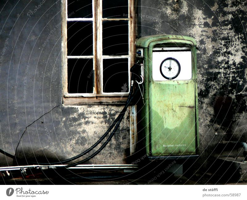 Auftanken! Tankstelle Stil Benzin grün Fenster Wand retro dunkel Diesel Kontrast alt