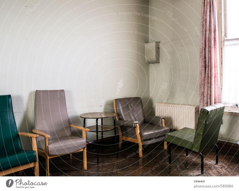 wartezimmer Innenarchitektur Möbel Sessel Stuhl Raum alt trist kaputt Langeweile Vorhang warten Warteraum sitzen Unbewohnt Farbfoto Außenaufnahme Menschenleer