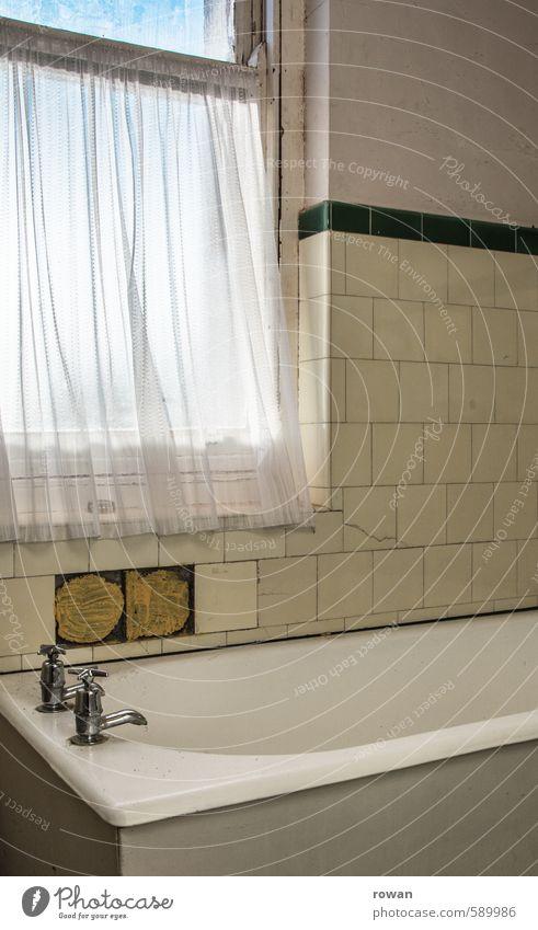 baden Häusliches Leben Wohnung Badewanne Haus Einfamilienhaus Fenster alt Wasserhahn Fliesen u. Kacheln Vorhang altmodisch Renovieren retro kaputt Reinigen