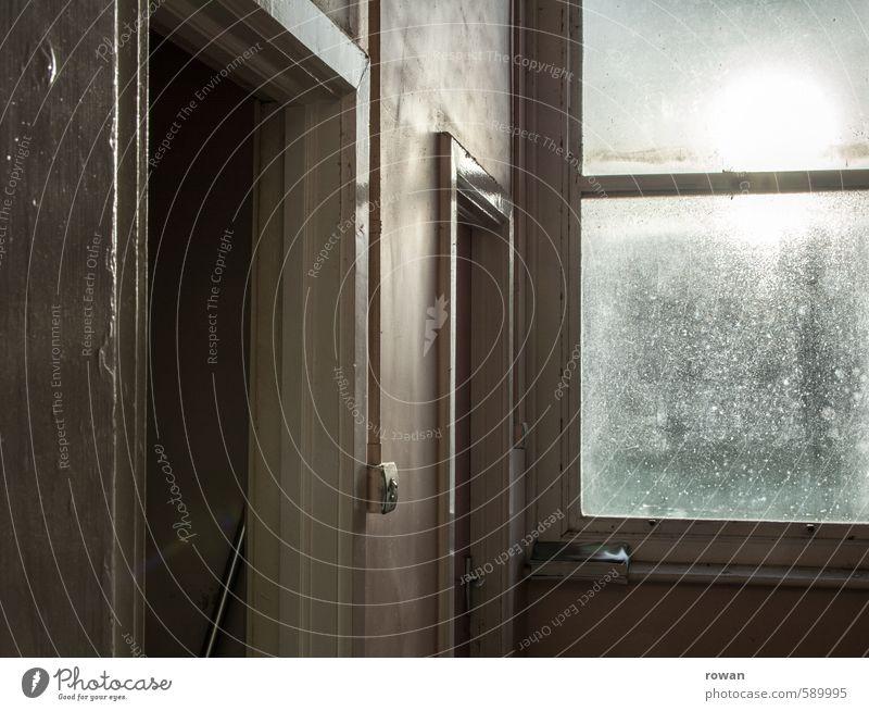 korridor alt dunkel kalt Fenster Tür Eingang Flur Kammer Lichtschalter beschlagen