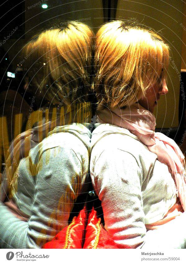 objects in the mirrow are closer than they appear Frau Jugendliche Fenster Denken 2 blond Schriftzeichen Spiegel Wut Ärger Schal Kissen Zwilling Schaufenster