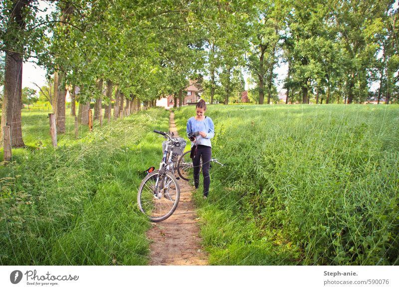Sommerabenteuer Ausflug Fahrradtour Fotokamera feminin Junge Frau Jugendliche 1 Mensch Landschaft Gras Wiese entdecken gehen laufen stehen frei Glück natürlich