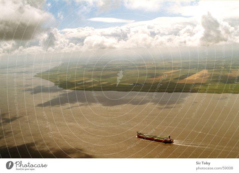 elbüberflug Luftaufnahme Wasserfahrzeug Wolken Vogelperspektive Schleswig-Holstein Fluss Feld Himmel Elbe Ferne Nebel Landschaft Horizont Wolkenhimmel
