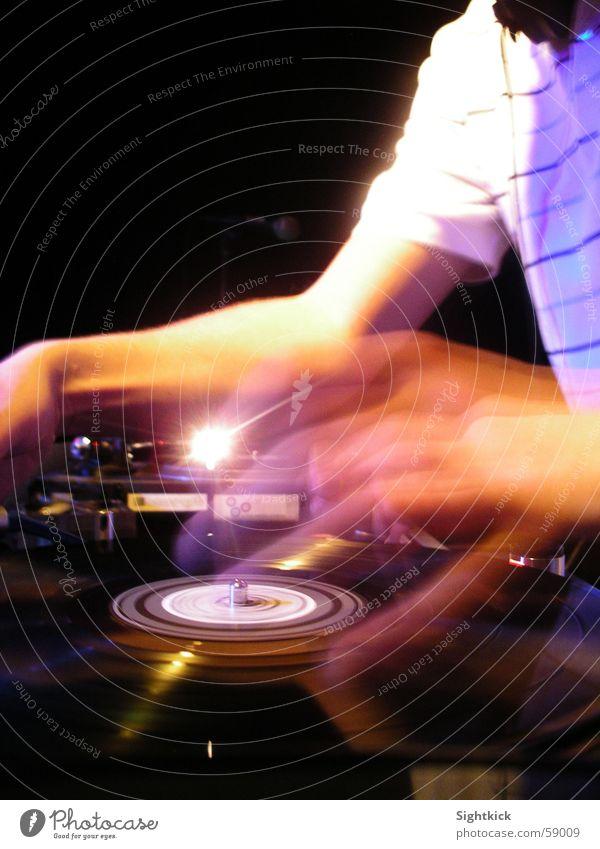 Motion Scratch Party Bewegung Musik Feste & Feiern Arme liegen Veranstaltung Hemd Diskjockey Schallplatte Musikmischpult Plattenspieler