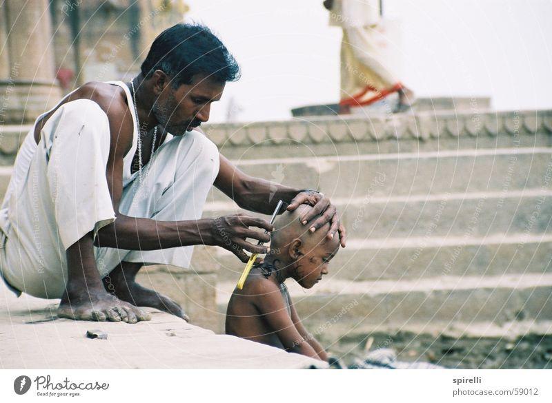 Barberei 1 geschnitten kurz Schlag Vater Sohn Glatze Rasieren hocken Arbeit & Erwerbstätigkeit Haare & Frisuren Stil Indien gehorsam Generation Außenaufnahme