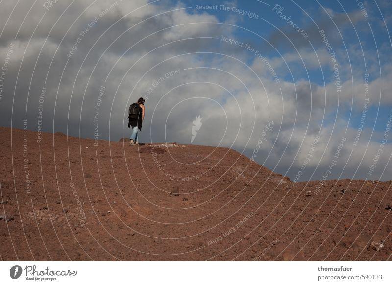 """""""Ich gehe meilenweit..."""" Mensch Frau Himmel Ferien & Urlaub & Reisen blau Sommer Sonne Landschaft Wolken Ferne Erwachsene Umwelt Berge u. Gebirge feminin"""