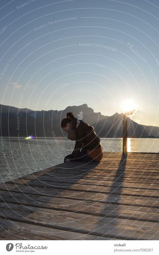 Letzter Sonnenstrahl Mensch Frau Himmel Jugendliche Wasser Landschaft Mädchen 18-30 Jahre Erwachsene feminin Frühling Denken See Schönes Wetter beobachten