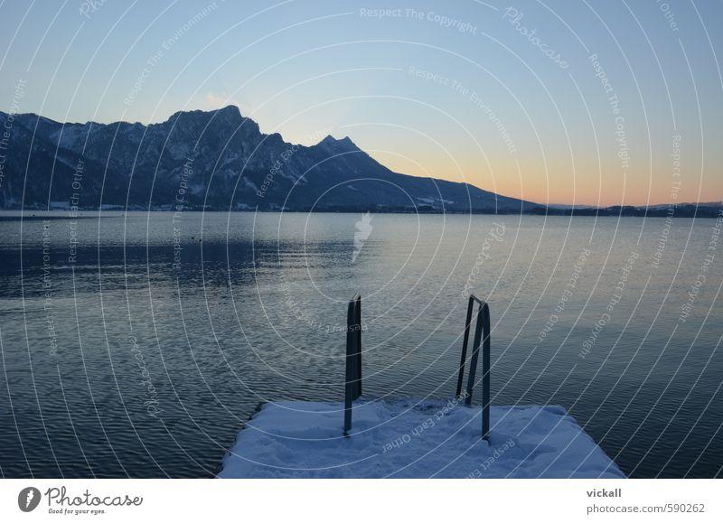 Am Ende des Steges 2.0 Winter Schnee Berge u. Gebirge Wasser Himmel Sonnenaufgang Sonnenuntergang Schönes Wetter frieren Blick warten kalt nass blau gelb orange