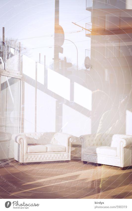 Spiegelungen l draußen scheint drinnen Stadt weiß Ferne Stil hell elegant Lifestyle Design modern frisch ästhetisch Möbel trendy Sofa Reichtum positiv