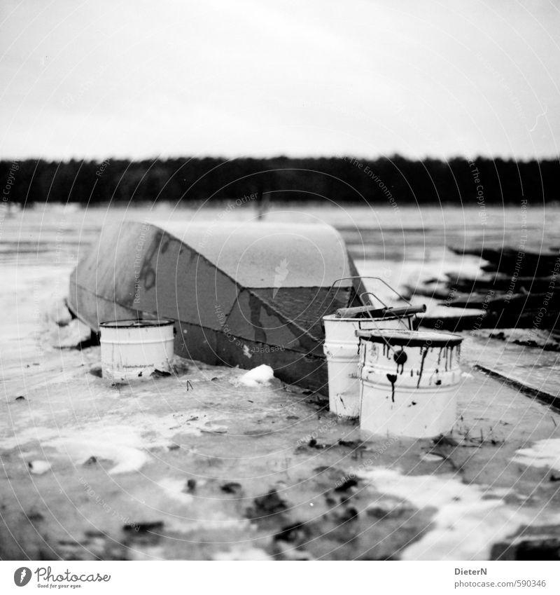 Anstrich Natur Landschaft Wolkenloser Himmel Winter Eis Frost Seeufer Flussufer Fischerboot alt dreckig Eimer Farbstoff Lack analog Mittelformat Schwarzweißfoto