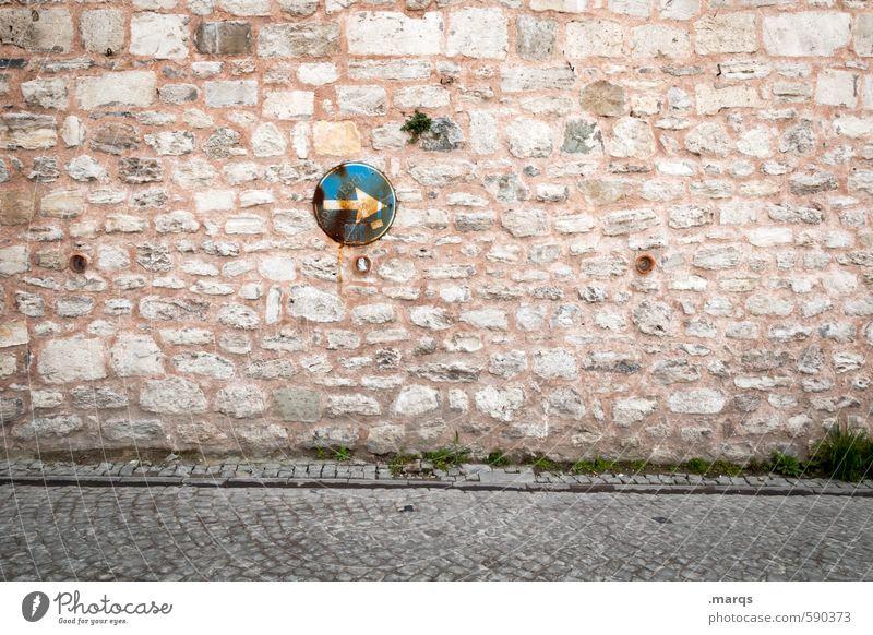 Gesteinigt Mauer Wand Verkehr Straße Verkehrszeichen Verkehrsschild Stein Pfeil alt einfach Wege & Pfade Richtung richtungweisend Navigation Farbfoto