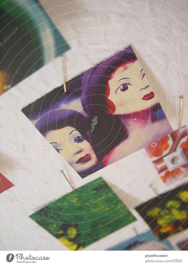 Bild im Bild Stecknadel befestigen Wand Makroaufnahme Wandzeitung Nahaufnahme Auschnitt klein auschneiden Detailaufnahme Puppe