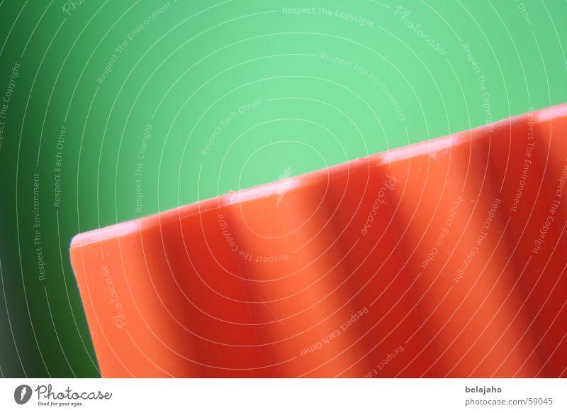 zickzack Zickzack Zacken eckig diagonal Wellen grün buchstütze verrückt aufwärts abwärts geometrische formen orange Farbe Kontrast Schatten Bewegung Dynamik