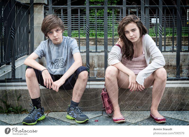 Zwei Teenager sitzen auf einem Mäuerchen Lifestyle Mensch maskulin feminin Jugendliche 2 8-13 Jahre Kind Kindheit 13-18 Jahre Sommer Stadt Mauer Wand Tasche
