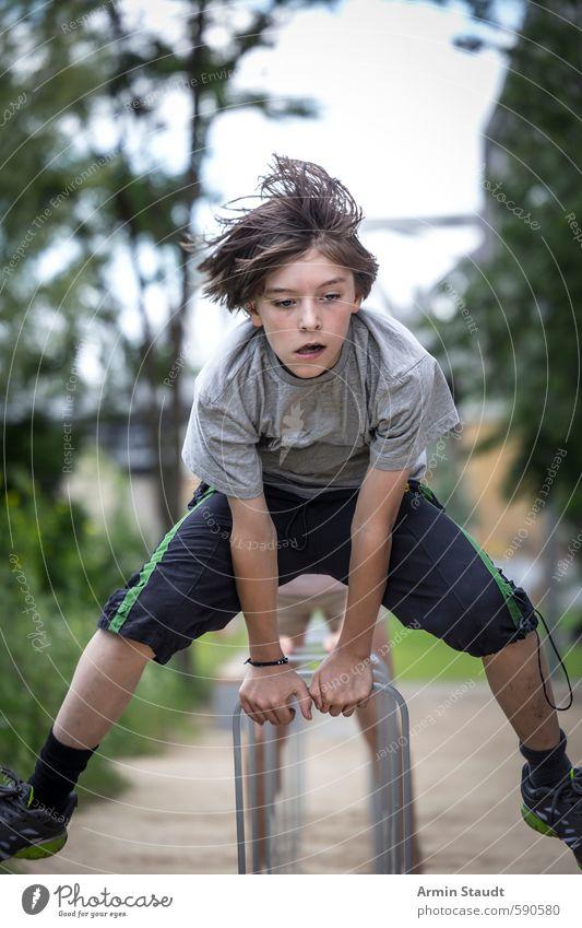 Junge springt über einen Fahrradständer Mensch Kind Natur Jugendliche Stadt Sommer Freude Bewegung Sport Berlin Gesundheit natürlich springen Stimmung Metall