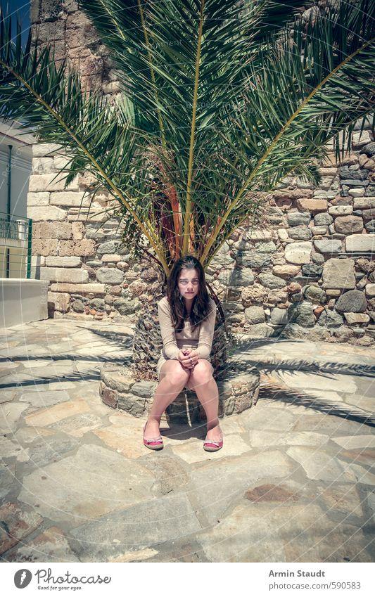 Müde Touristin sitzt unter einer Palme. Mensch Kind Natur Jugendliche Ferien & Urlaub & Reisen Sommer Baum Erholung Wärme Wand feminin Mauer braun Stimmung