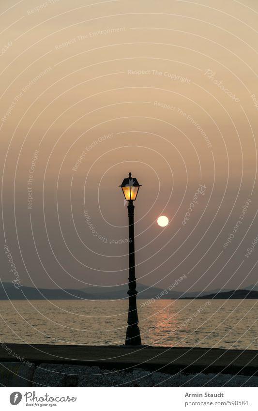 Alte Laterne und Sonnenuntergang Himmel Natur Ferien & Urlaub & Reisen alt Wasser Sommer Sonne Meer Einsamkeit ruhig Beleuchtung Stil Stimmung träumen orange Zufriedenheit