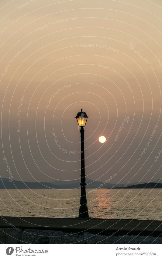 Alte Laterne und Sonnenuntergang Himmel Natur Ferien & Urlaub & Reisen alt Wasser Sommer Meer Einsamkeit ruhig Beleuchtung Stil Stimmung träumen orange