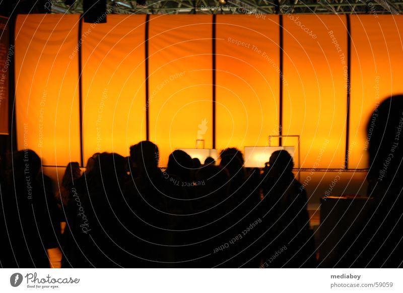 messegäste Raum Mensch groß gelb geschäftlich Versammlung Verabredung orange Silhouette Menschenmenge anonym unkenntlich unerkannt Warmes Licht Innenaufnahme