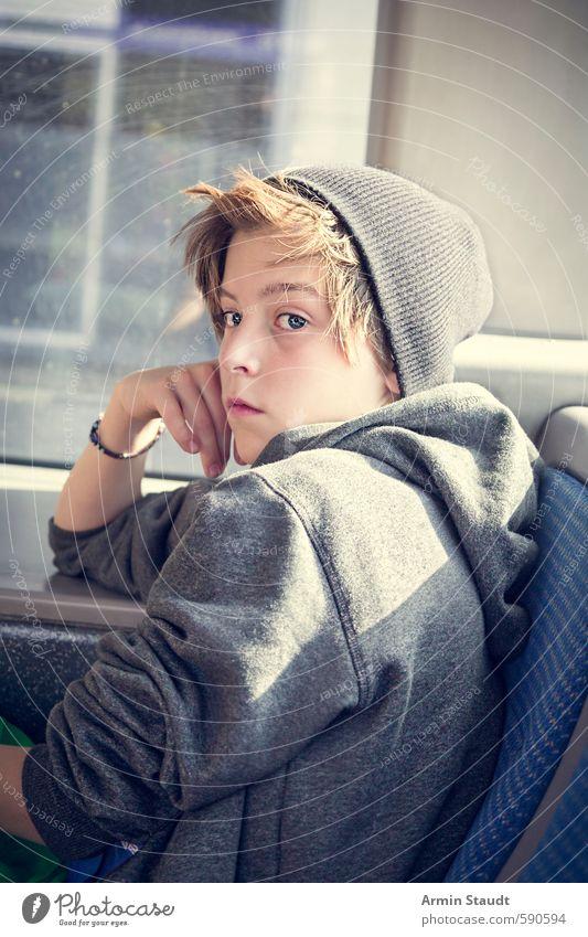 Jugendlicher mit Mütze sitzt im Bus Lifestyle Mensch maskulin 1 13-18 Jahre Kind brünett beobachten entdecken sitzen träumen Traurigkeit schön einzigartig