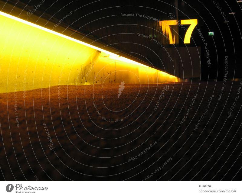 Die Gelbe Sieben 7 gelb Reflexion & Spiegelung Leuchtstoffröhre Lichtstreifen Teppich Wand