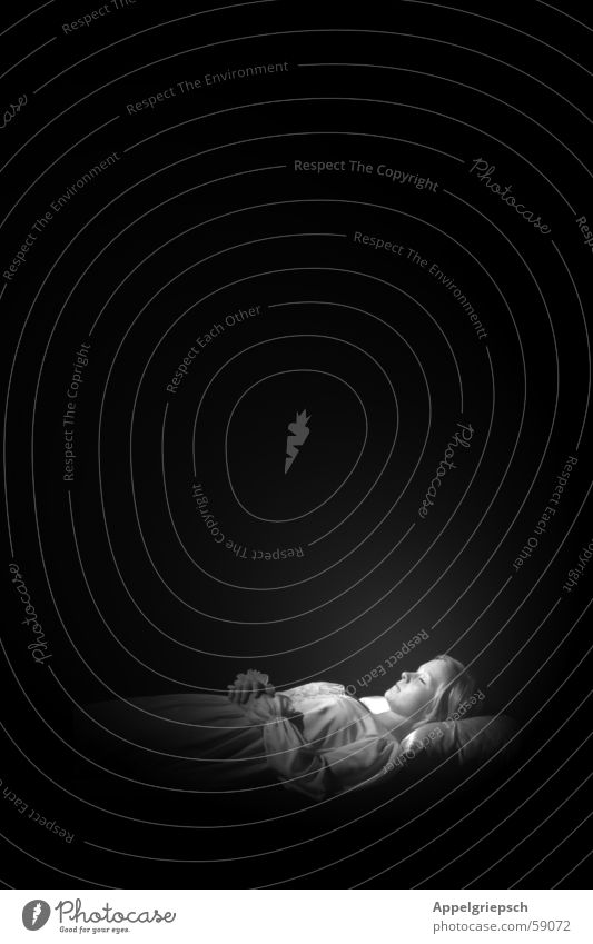 letzte Szene (2.) Frau Mensch weiß schwarz Einsamkeit Tod schlafen Theaterschauspiel Kissen Romeo und Julia Nachthemd Kopfkissen
