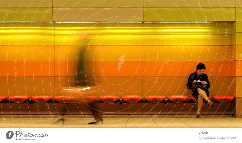 dazwischen Frau Mensch Bewegungsunschärfe Öffentlicher Personennahverkehr warten laufen sitzen lesen Bank Station U-Bahn Tasche