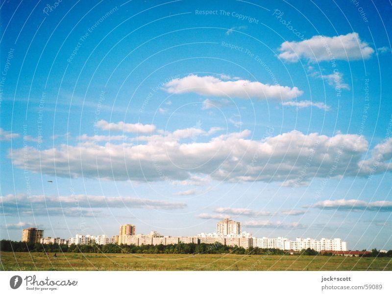 Block, (als Baustein betrachtet) blau Farbe Sommer Erholung ruhig Wolken Ferne Wiese natürlich hell Horizont Luft Idylle modern Hochhaus Ausflug