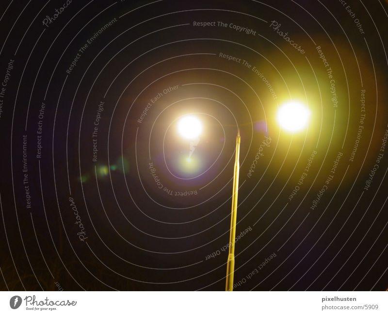 zwillingslichter Licht Lampe Straßenbeleuchtung Laterne dunkel Nacht Langzeitbelichtung