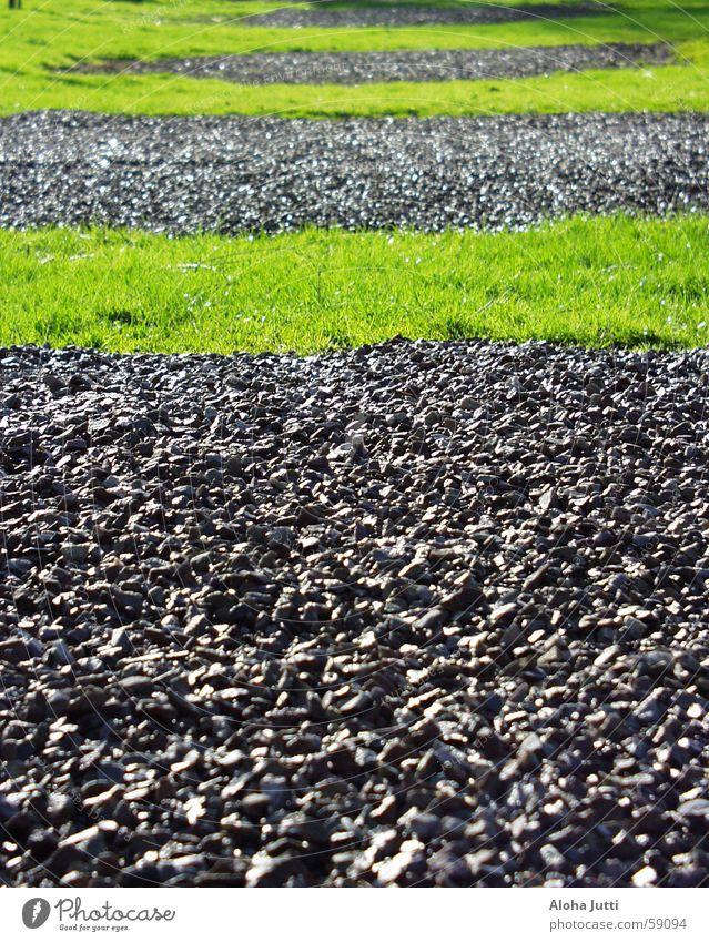 Hmm ..? grün schwarz Wiese Gras Frühling grau Stein Rasen Streifen Kies Ziffern & Zahlen April 2006 Campingplatz Senheim
