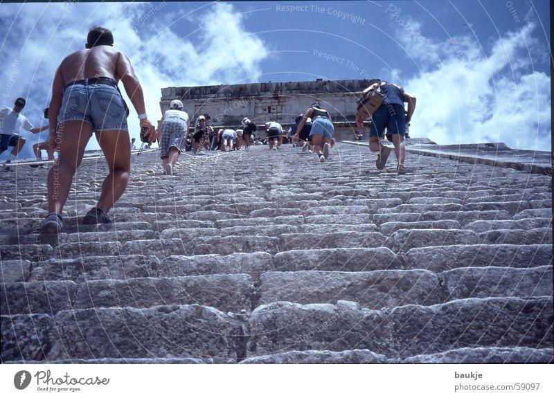 Stufe für Stufe Tempel Chichén Itzá Yucatan Maya Wolken Treppe Himmel Mexiko Pyramide treppensteigen aufwärts oben