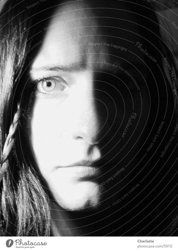 Portrait Frau Nahaufnahme ernst Schwarzweißfoto Auge