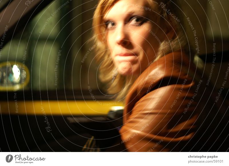 nächtliche ANGST Haare & Frisuren Junge Frau Jugendliche Auge Mund 18-30 Jahre Erwachsene Autofahren PKW Leder blond beobachten dunkel feminin braun gelb