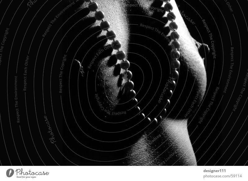 Kontrast Frau Perlenkette Licht schwarz weiß Dia körnig Brust Frauenbrust Schatten Schwarzweißfoto Akt Haut Polaroid nude woman black white Weiblicher Akt