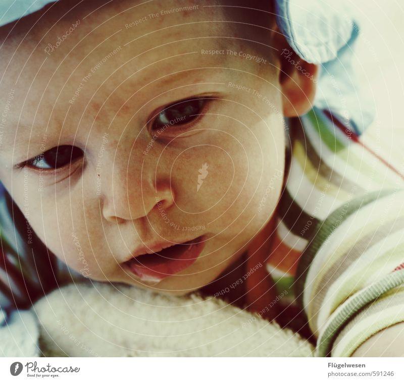 Was geht kleiner? Mensch Kind Freude Junge klein liegen Wachstum Zufriedenheit blond Baby Lebensfreude Kindheitserinnerung Kleinkind Sorge Kindergarten Eltern