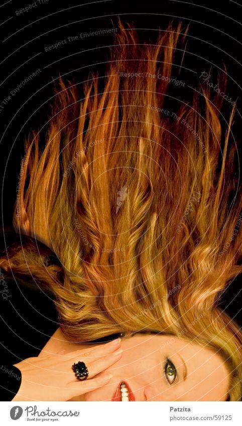 Feuer Frau Porträt langhaarig schwarz rot gelb Hand Gesicht Haare & Frisuren wehendes haar Brand Flamme Kreis lachen