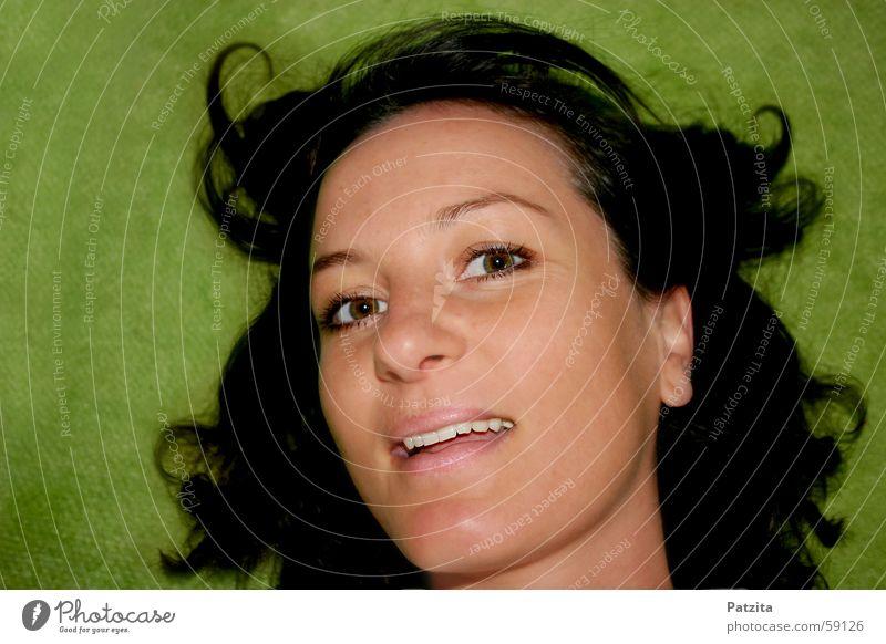 Natürlich 2 Porträt Frau grün schwarz Gesicht lachen Auge Mund wehendes haar Wind Haare & Frisuren