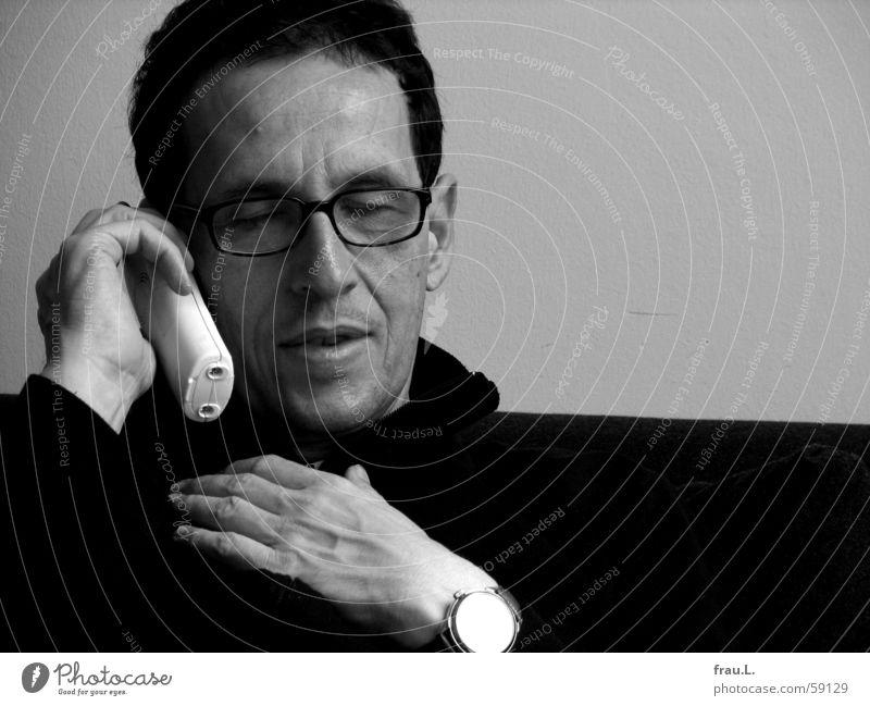zuhören Mann Hand Gesicht sprechen lachen Telefon Kommunizieren Brille Uhr Konzentration hören Pullover Mensch Porträt Telekommunikation Telefongespräch