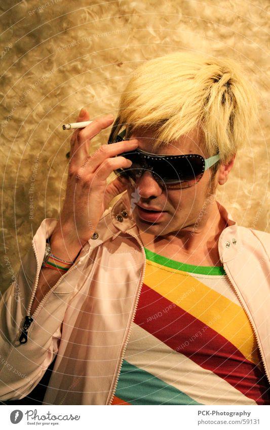 poser rock Mensch Mann Gesicht Stil Denken blond Model Brille Körperhaltung Rauchen Zigarette Sonnenbrille Photo-Shooting innehalten Popstar rauchend
