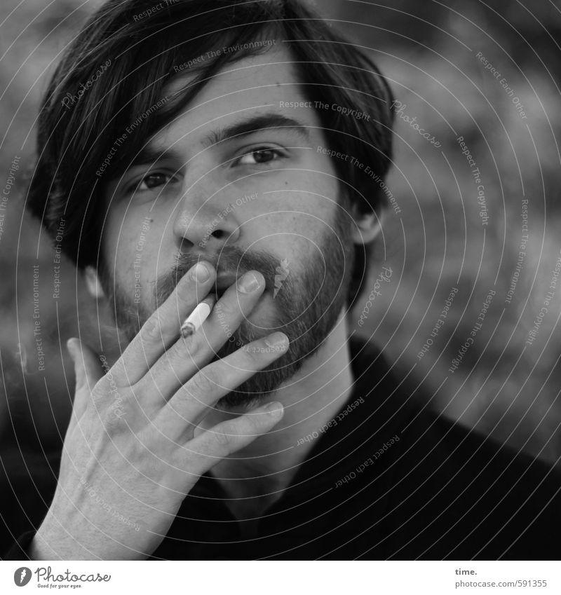 . Mensch maskulin Junger Mann Jugendliche 1 18-30 Jahre Erwachsene Haare & Frisuren Bart Vollbart beobachten Rauchen Blick Wachsamkeit gewissenhaft ruhig Leben