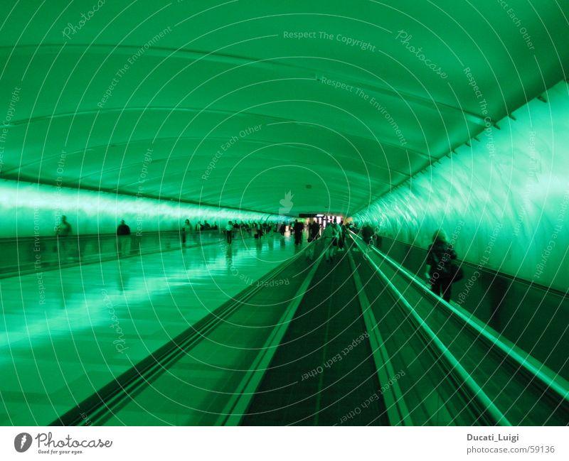 ray_tunnel Mensch grün Stadt Stimmung Geschwindigkeit Perspektive Zukunft Ziel Tunnel Flughafen Strahlung Neonlicht Reaktionen u. Effekte Eile Rolltreppe Laufband