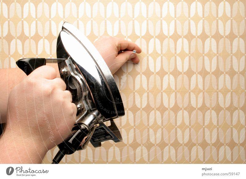 Nagel in die Wand Bügeleisen Tapete Medizinisches Instrument verkehrt falsch aufhängen Handwerk rowenta gewusst wie selbst ist der mann Handarbeit