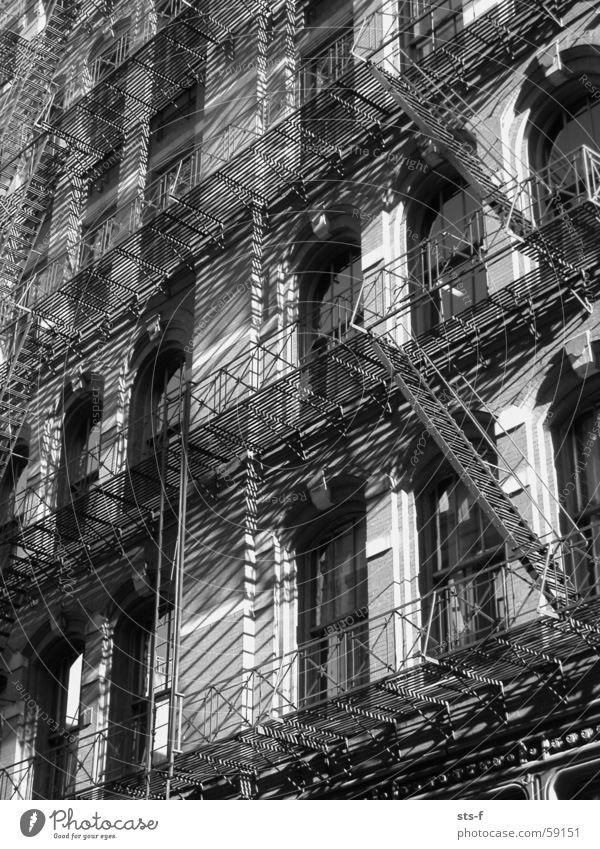 Feuerleiter Stadt Haus Leben dunkel Fenster Freiheit Stein hell Metall Brand groß Hochhaus Geschwindigkeit Macht USA